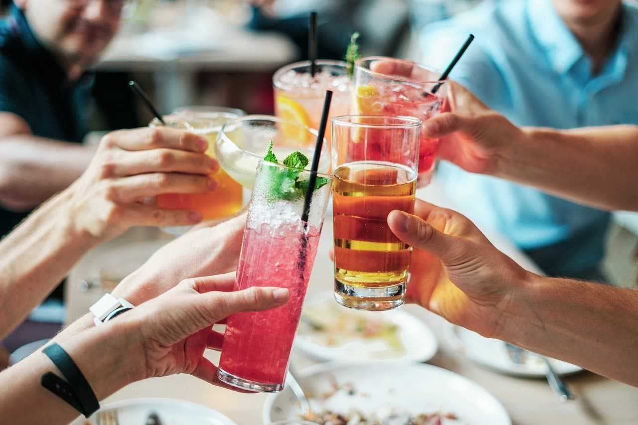 Klauzula alkoholowa a ubezpieczenie podróżne. Przeczytaj przed wyjazdem!