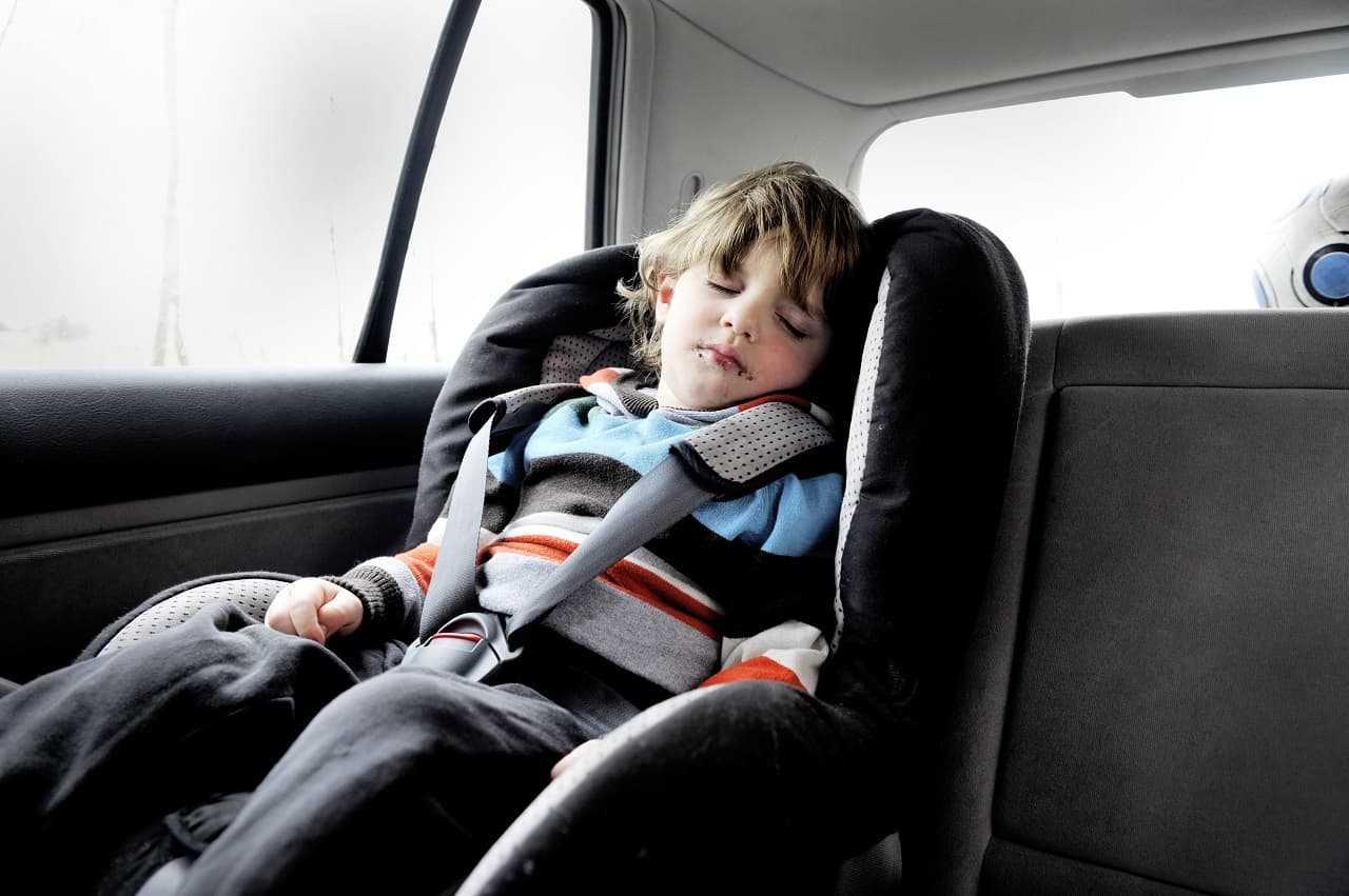 Przewożenie dzieci w samochodzie. Przepisy, zasady i wybór fotelika