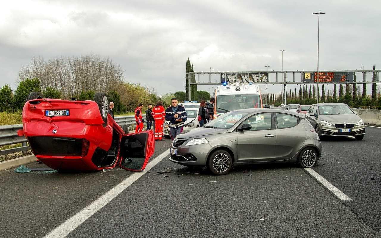 Zabezpieczenie miejsca wypadku. Jakie czynności wykonać na miejscu zdarzenia?