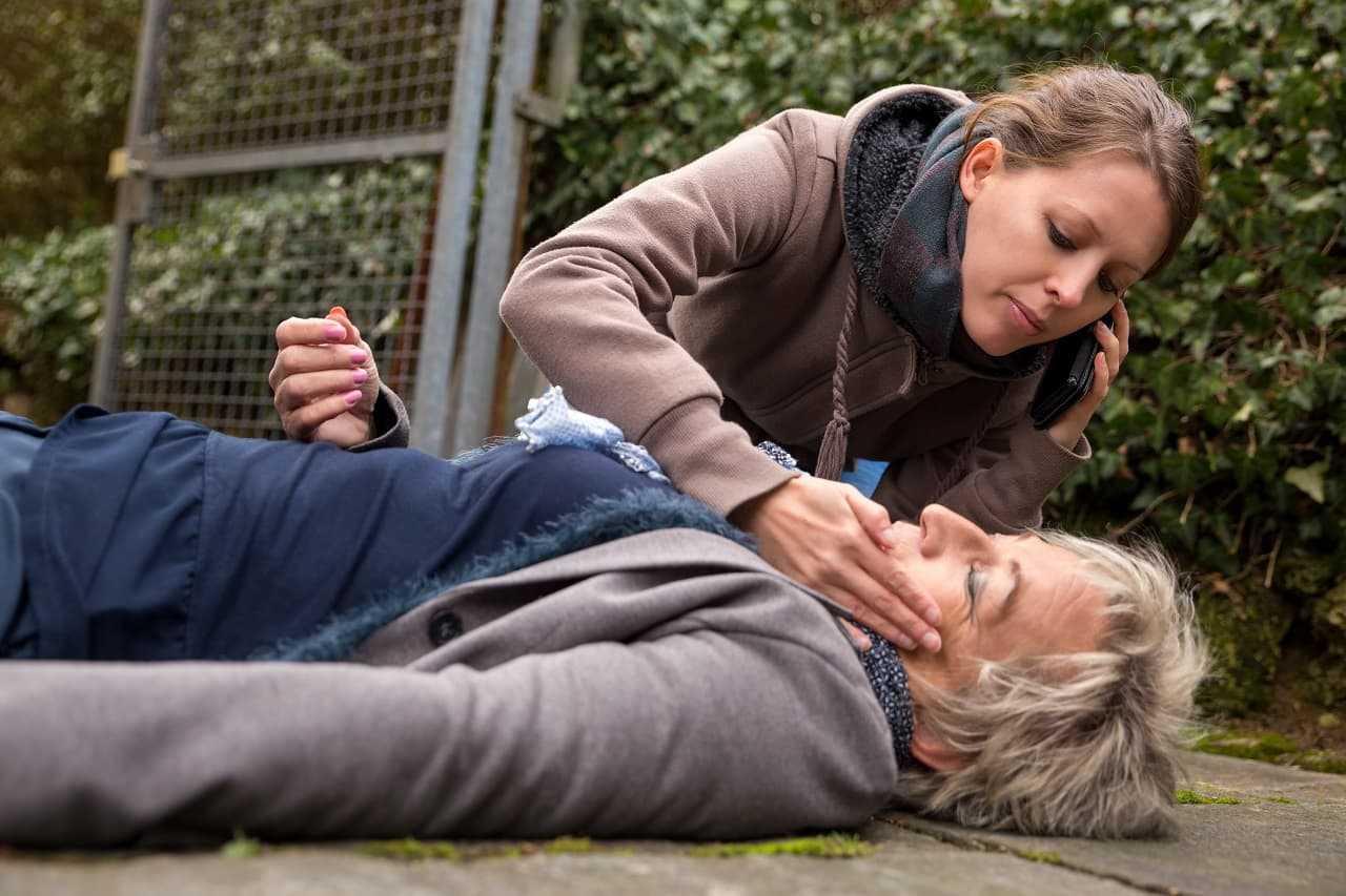 Udzielanie pierwszej pomocy ofiarom wypadku to obowiązek. Sprawdź jak pomagać!