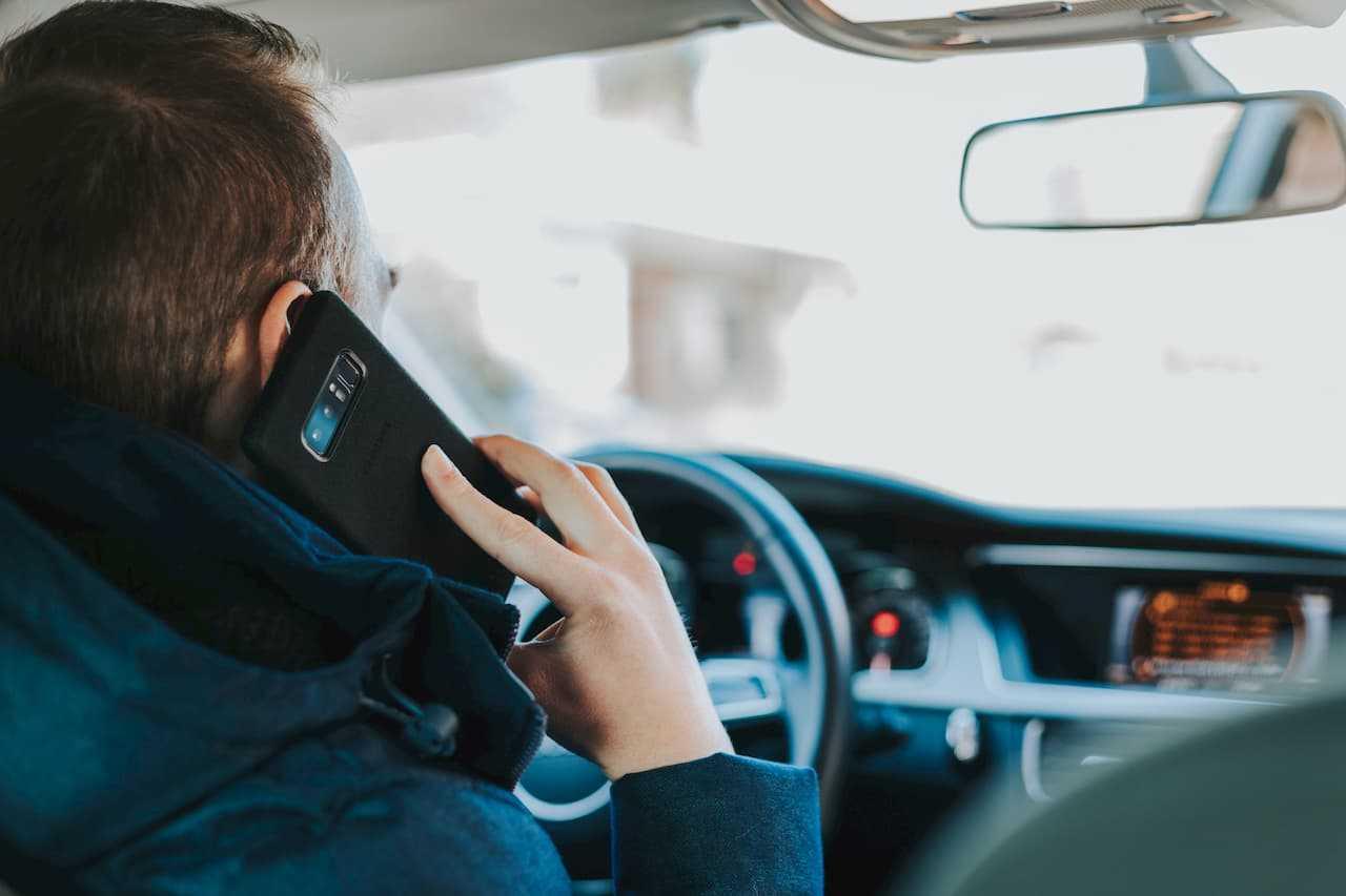 Używanie telefonu podczas jazdy. Jakie kary za to grożą?
