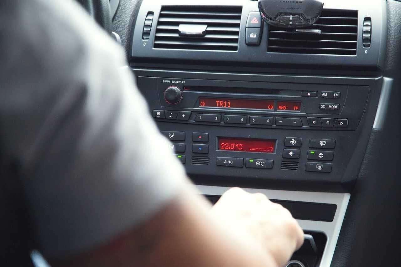 Jak ustawić radio samochodowe? Wyjaśniamy w 5 krokach!