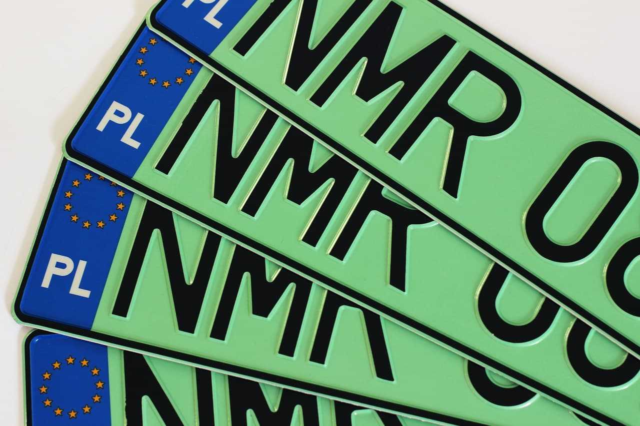 Zielone tablice rejestracyjne. Kto ma prawo jeździć samochodem z takimi tablicami?