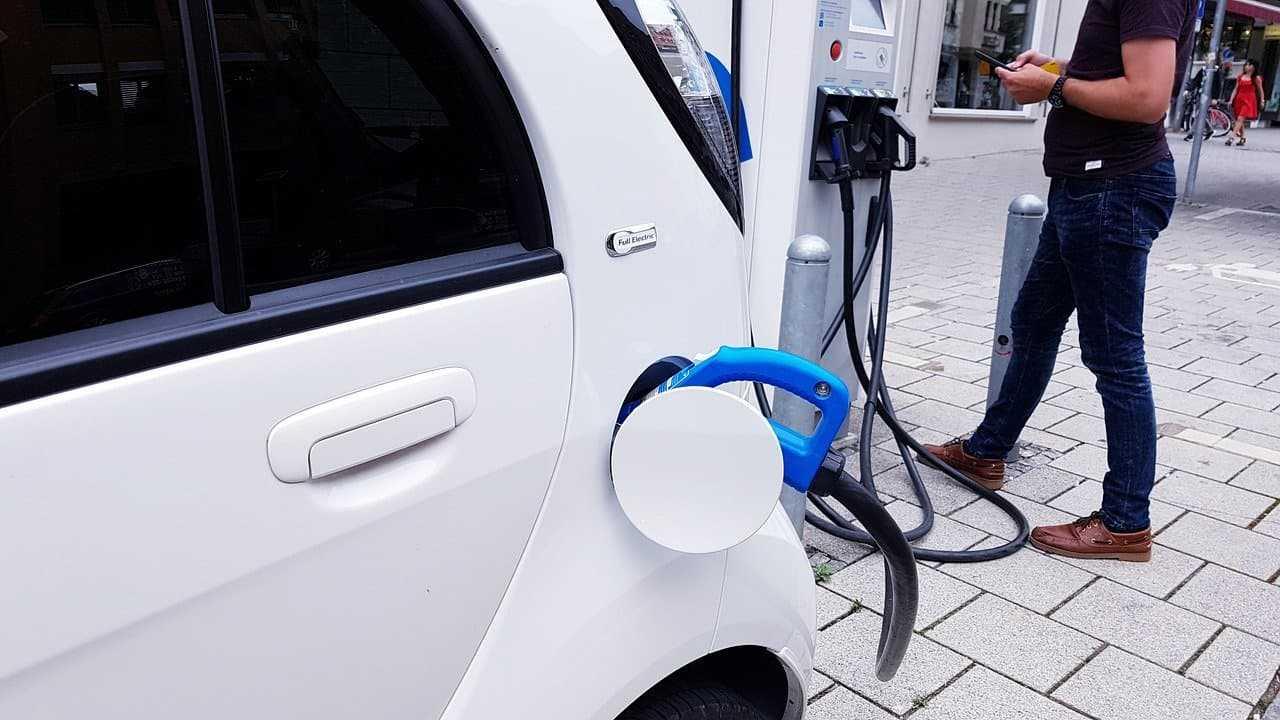 Gdzie i za ile kupić ubezpieczenie samochodu elektrycznego? Podpowiadamy