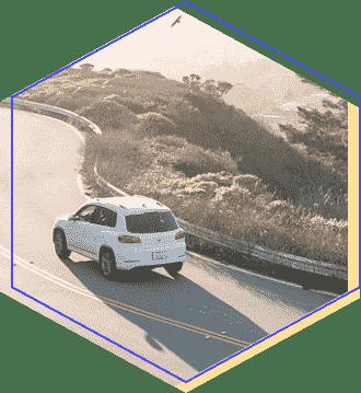 Samochód jadący w górę drogi