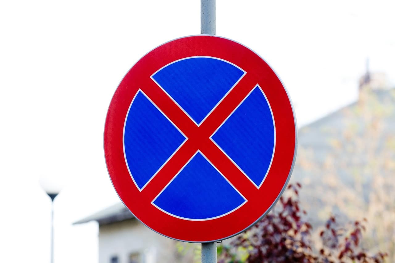 Zakaz zatrzymywania się a zakaz postoju – jakie są różnice?