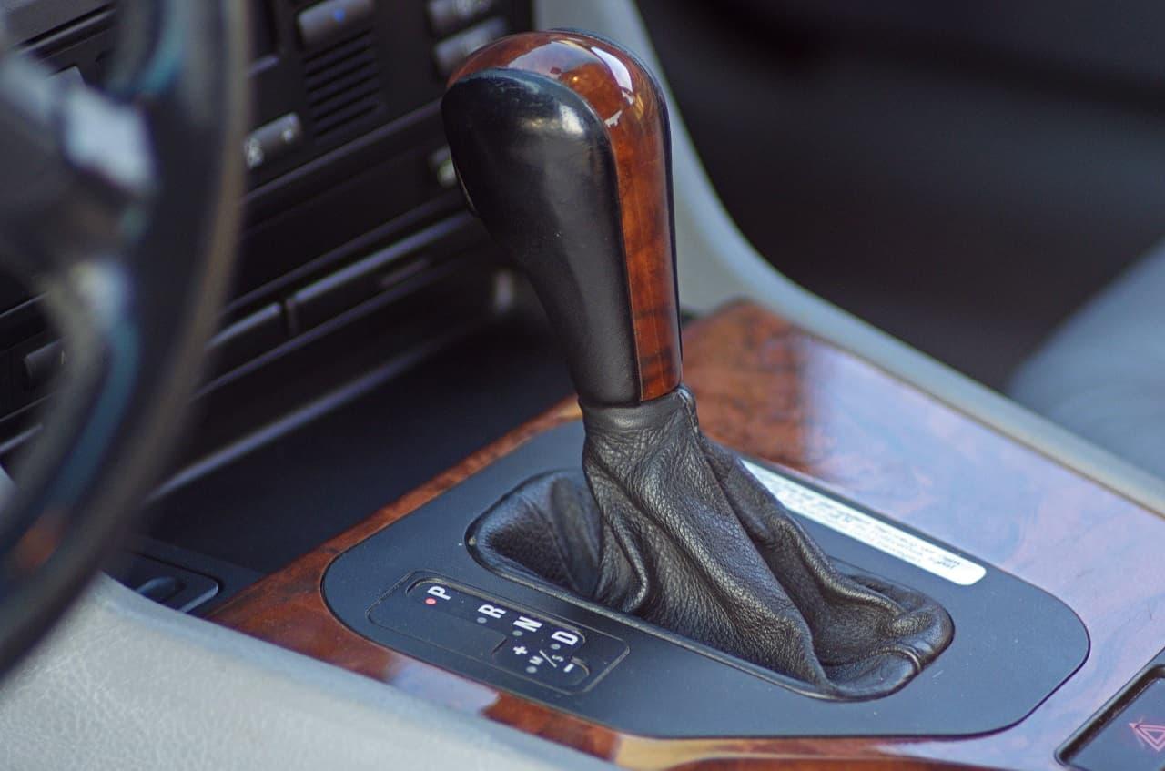 Jak jeździć automatem? Zalety i wady samochodu z automatyczną skrzynią biegów