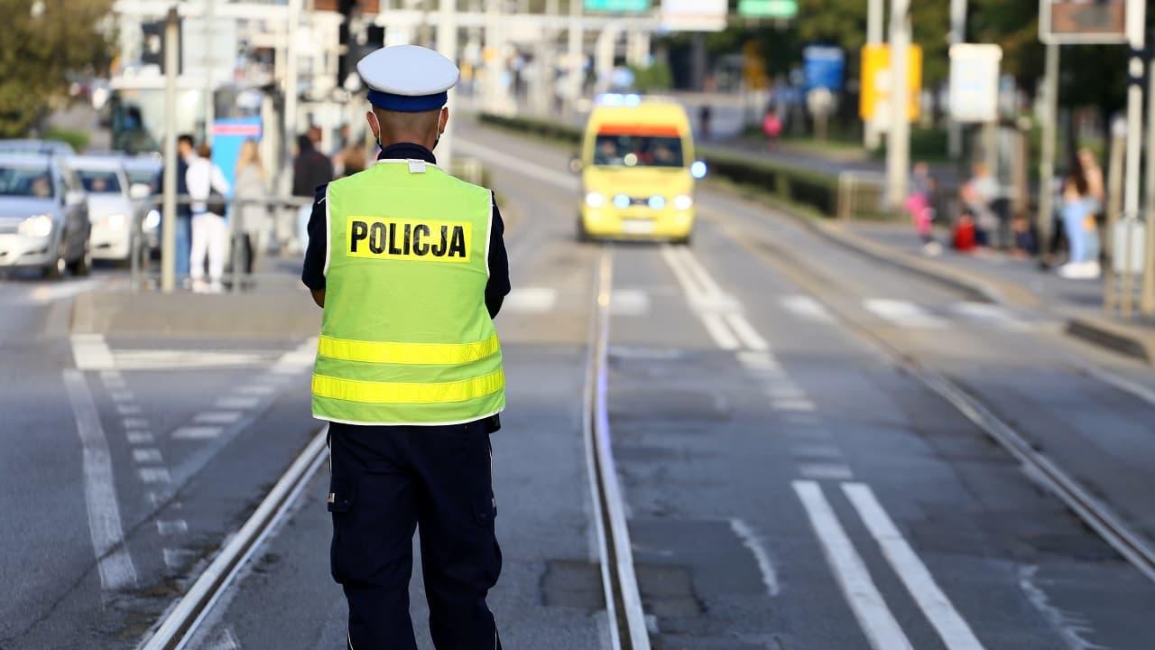 Kierowanie ruchem przez policjanta. O tym warto pamiętać!