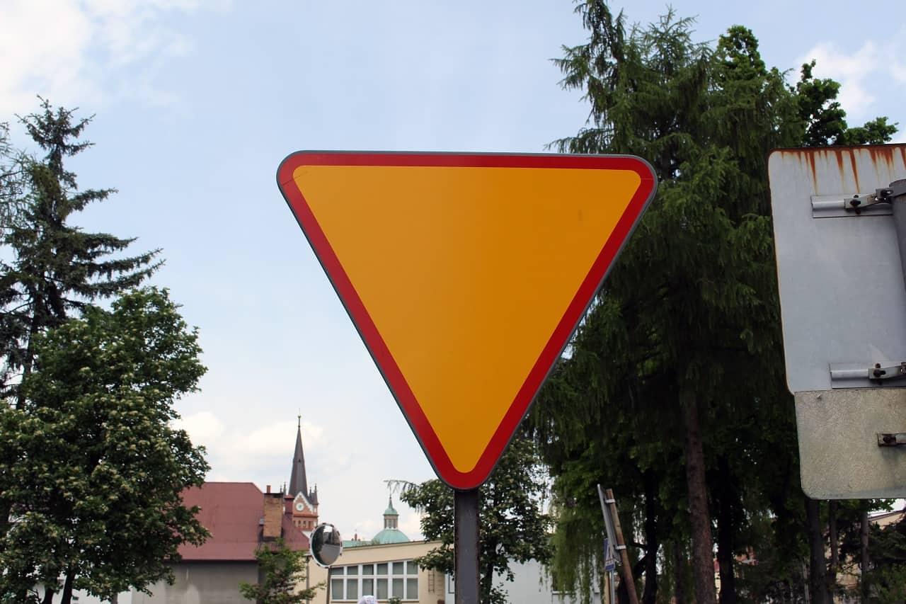 Zasady włączania się do ruchu – o tym musimy pamiętać na drodze!
