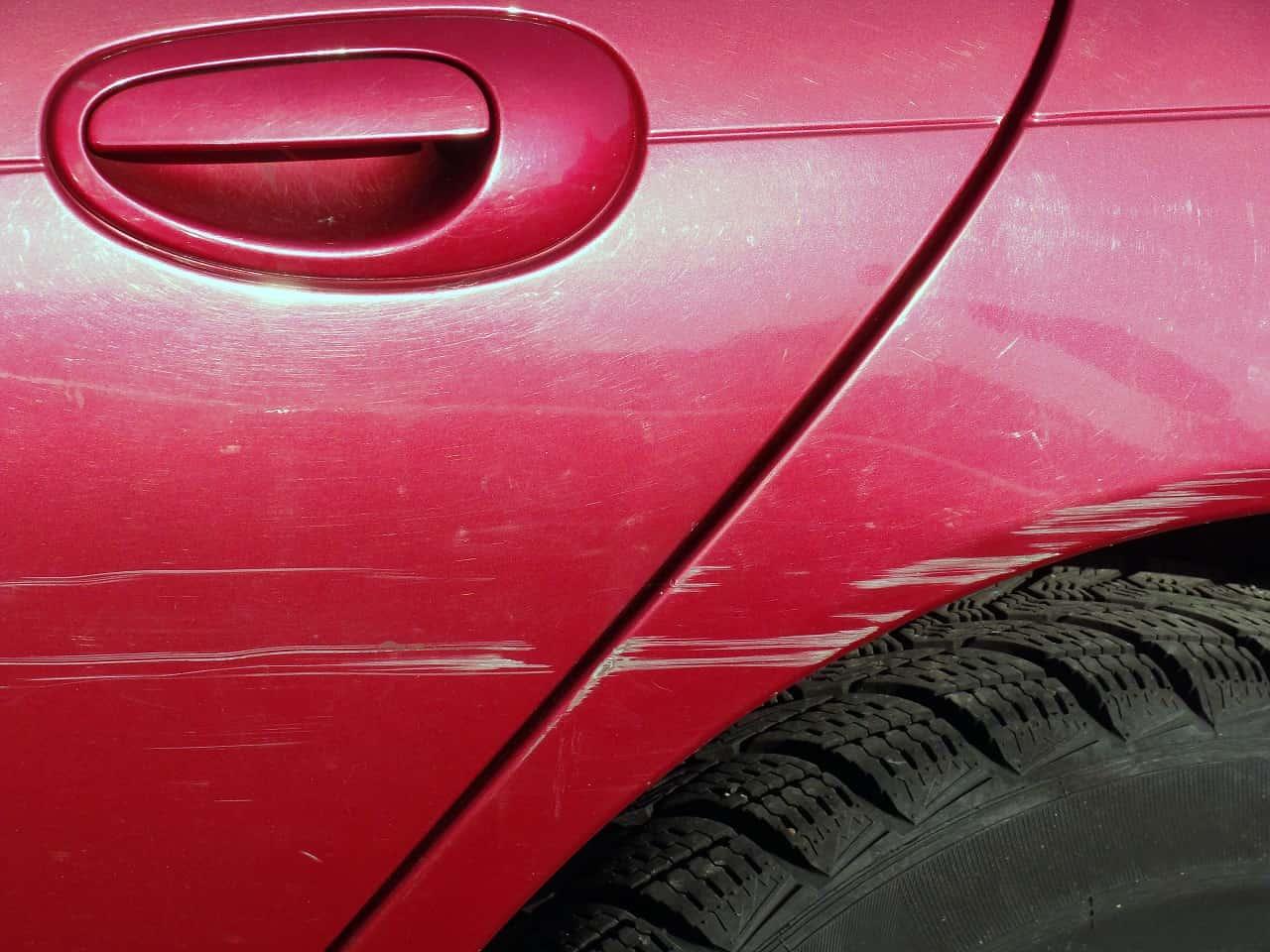 Zarysowanie auta na parkingu – czy grozi za to mandat?